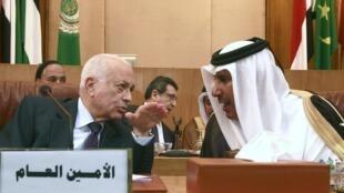 Nabil al-Araby, secretario de la Liga Arabe y el canciller catarí Hamad bin Jassim en la cumbre de urgencia sobre Siria.