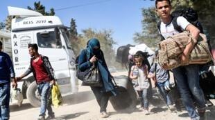 Refugiados sírios na estrada,  próximo de Jarablus, na fronteira entre a Síria e a Turquia.
