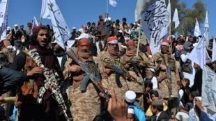 Le 2 mars 2020, des militants talibans et des villageois afghans célébraient l'accord avec Washington, dans le district d'Alingar (province de Laghman).