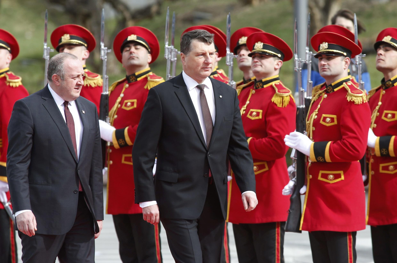 Президент Грузии Георгий Маргвелашвили (слева) и президент Латвии Раймонд Вейонис в Тбилиси 28 марта 2017