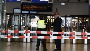 Центральный железнодорожный вокзал в Амстердаме после эвакуации пассажиров. 31.08.2018