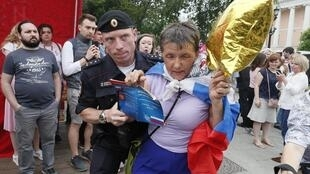 В Москве 12 июня проходит несанкционированное шествие, на котором массово задерживают людей.