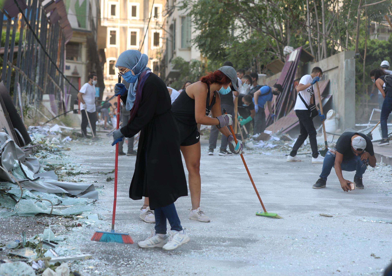 Voluntarios limpian las calles tras la explosión del martes en la zona portuaria de Beirut, Líbano, el 5 de agosto de 2020.