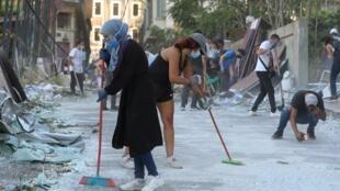 Des volontaires nettoient les rues après l'explosion de mardi dans la zone portuaire de Beyrouth, au Liban, le 5 août 2020.