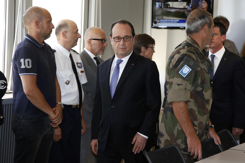 O presidente francês, François Hollande (Centro) chega para participar de uma reunião na Prefeitura de Nice, 15 de julho de 2016.