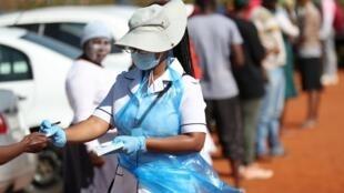 Afisaa wa afya wakati wa kampeni ya kupima virusi vya Corona huko Lenasia, Afrika Kusini Aprili 21, 2020.