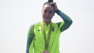 Poliana Okimoto com a medalha de bronze