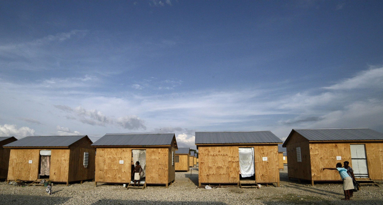 As primeiras casas de madeira construídas pela ONG Cruz vermelham para os desabrigados vítimas do terremoto no Haiti.