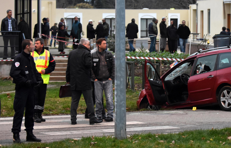 Полиция у автомобиля, водитель которого совершил наезд на военных, охранявших мечеть в Валансе, 1 января 2015 г.