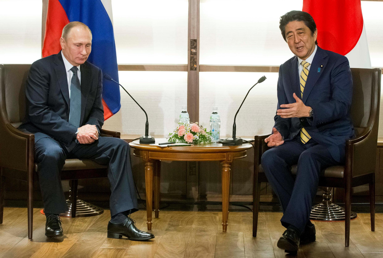 Президент России Владимир Путин и премьер-минист Японии Синдзо Абе в Нагато, 15 декабря 2016 г.