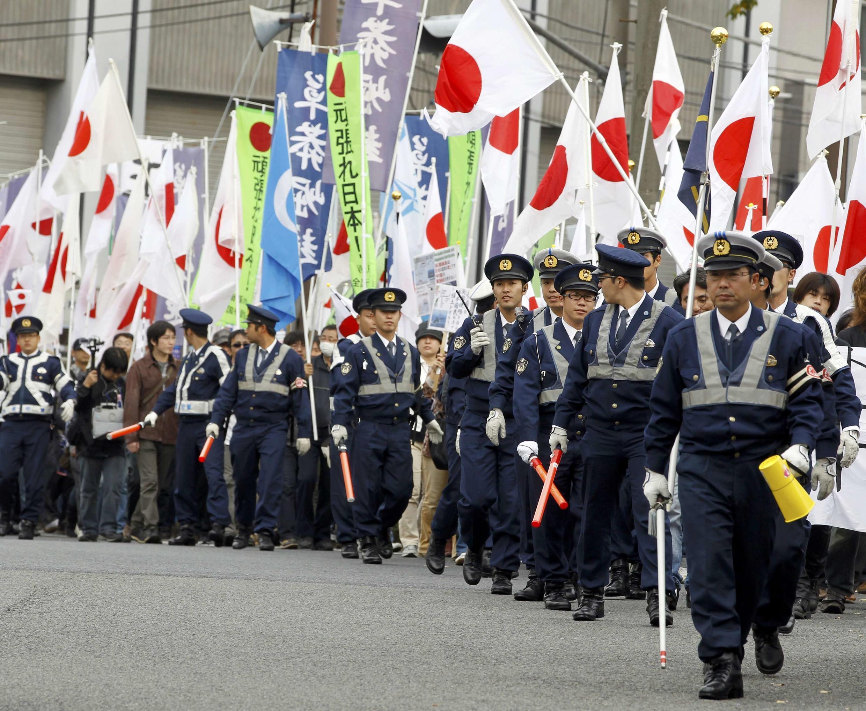 橫濱亞太峰會場外約三千日本民眾抗議中國出席會議,大批警維持秩序2010年11月13日