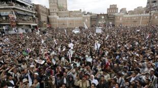 Les partisans des rebelles chiites houthis lors d'une manifestation à Sanaa contre l'opération militaire conduite par l'Arabie Saoudite au Yémen, le 26 mars 2015.