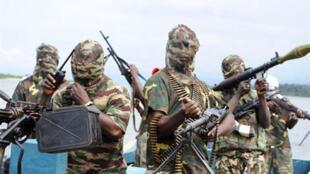 Des rebelles du Mend préparant une attaque, dans le delta du Niger, le 17 septembre 2008.