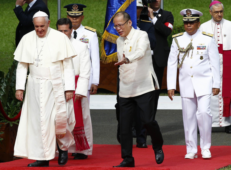 Đức Giáo hoàng Phanxicô (T) được Tổng thống Philippines Benigno Aquino đón tiếp tại Phủ Tổng thống ở Manila, ngày 16/01/2015.