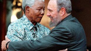 Fidel Castro et Mandela à Johannesburg le 2 septembre 2001.