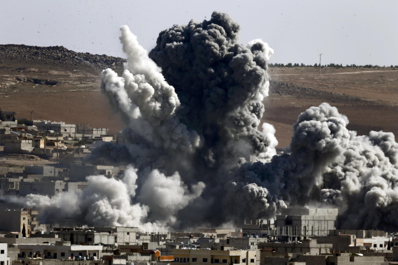 Bombardeos en Kobane, el 22 de octubre de 2014, vistos desde el vecino pueblo turco de Suruc, provincia de Sanliurfa.