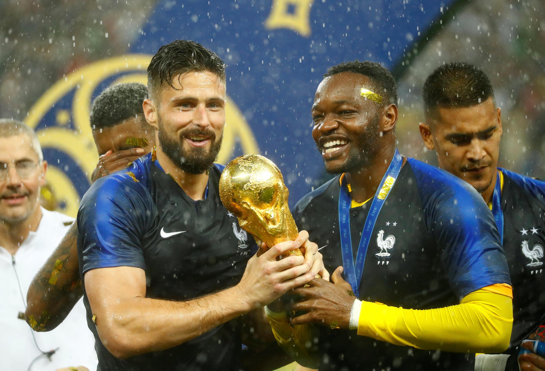 Французы Оливье Жиру и Стив Мандада с Кубком мира по футболу 15 июля 2018