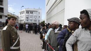 Une file d'attente de migrants devant le gouvernorat de Rabat, au Maroc, le 2 janvier 2014.