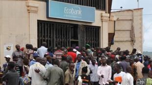 Des fonctionnaires dans une file d'attente devant une banque le 10 mars 2014 à Bangui.