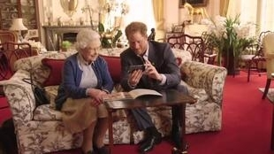 Rainha Elizabeth contracenou com o neto Harry em vídeo que viralizou nas redes sociais.