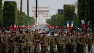 Militares norte - americanos preparam-se para o desfile do 14 de Julho, nos Campos Elíseos