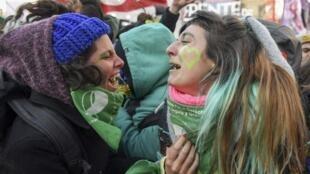 Activistas favorables a la legalización del aborto celebran frente al Congreso el voto de los diputados, el 14/06/2018 en Buenos Aires.