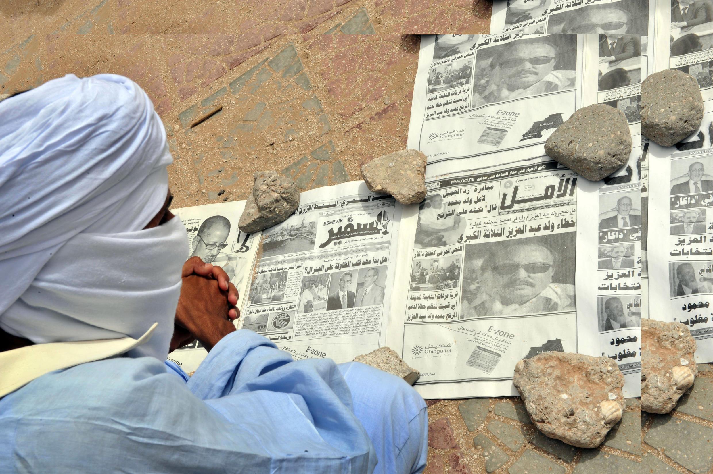 Un homme regarde la Une des médias mauritaniens (image d'illustration).