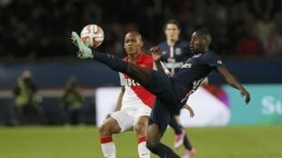O zagueiro David Luiz em lance no empate em 1 a 1 entre PSG e Mônaco.