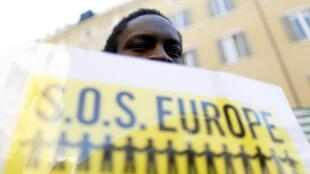 Migrant protesting in front of Italian parliament, 21 April 2015