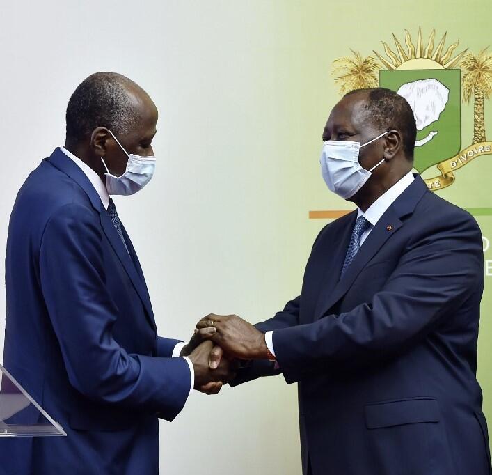 Abidjan, le 2 juillet 2020: le président ivoirien Alassane Ouattara (D) salue le Premier ministre Gon Coulibaly (G) de retour de France où il était soigné pour des problèmes de santé.
