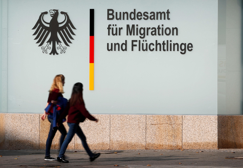 Peatones frente al edificio de la Oficina Federal para la Migración y los Refugiados (BAMF por sus siglas en alemán) en Berlín. 15 de octubre de 2017.