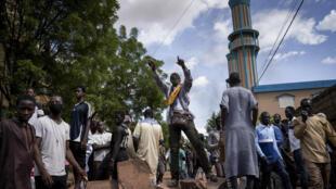 Des manifestants maliens sur une barricade érigée devant la Mosquée Salam de Badalabougou, où l'influent imam Dicko a donné une prière pour les victimes des heurts entre opposition et force de l'ordre, le 12 juillet 2020 à Bamako.