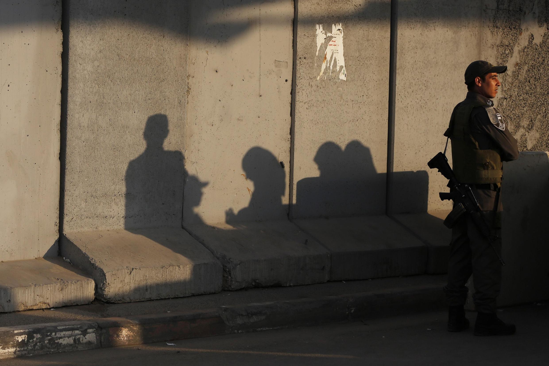 Израильский полицейский на контрольно-пропускном пункте возле Рамаллы 12/07/2013