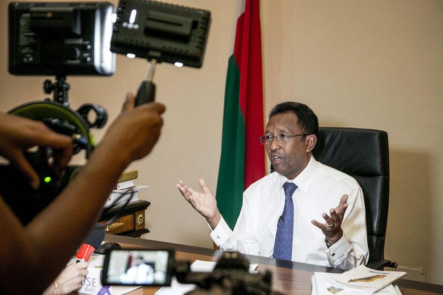 Hery Rajaonarimampianina, président de la République de Madagascar, répond aux questions des journalistes lors d'une conférence de presse au palais présidentiel d'Iavoloha à Antananarivo, le 29 avril 2018, après une semaine de protestation populaire.
