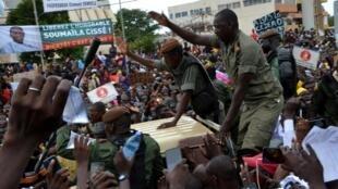 Des soldats de l'armée malienne du CNSP à une manifestation célébrant le coup d'Etat place de l'Indépendance à Bamako, au Mali, le 21 août 2020.