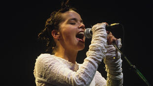 Björk sur scène en 1994.