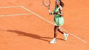 Serena Williams beat her fellow American Danielle Collins to reach the last 16 at the French Open for the first time since 2018.