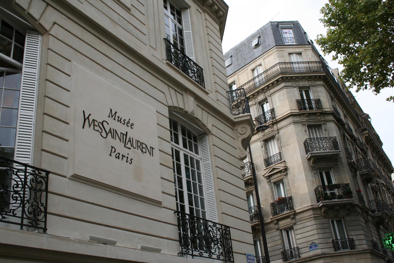 Palacete onde foi instalado o museu Yves Saint Laurent, no n° 5 da avenue Marceau em Paris.