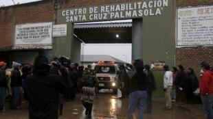 Les familles de prisonniers devant l'entrée de la prison de Palmasola, près de Santa Cruz, que le pape François visitera vendredi matin.
