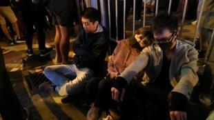 2019年11月25日,香港區議會選舉次日,一些抗爭者徹夜守候在持續被警方圍困的理工大學校外,聲援校內堅守的學生。