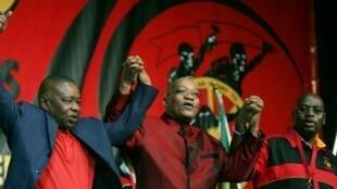 Kiongozi wa Cosatu Sdumo Dlamini akimshikilia mkono Jacob Zuma (katikati) wakati wa ufunguzi wa mkutano mkuu wa 10 wa Cosatu, Johannesburg, Septemba 21, 2009.