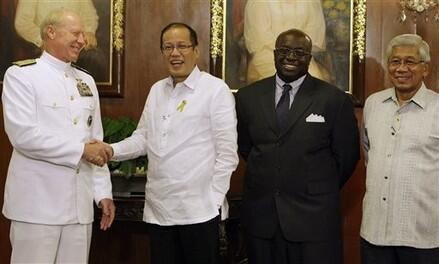 Tổng thống Philippines Benigno Aquino (giữa) và đại sứ Mỹ Harry Thomas (phải) (AFP)