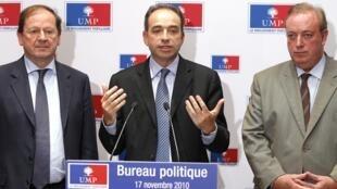 Le nouveau secrétaire général de l'UMP, Jean-Francois Copé (C), accompagné de ces deux secrétaires adjoints, Hervé Novelli (G) et Marc-Philippe Daubresse (D).