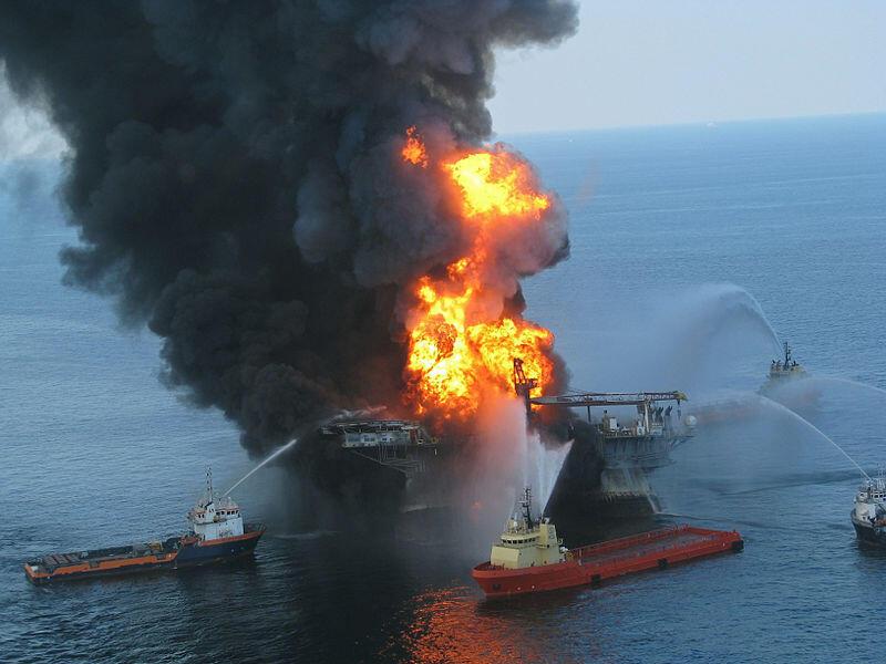 Equipes tentam conter o fogo após explosão na plataforma de petróleo Deepwater Horizon, em 2010.