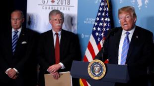 کنفرانس خبری دونالد ترامپ در اجلاس گروه هفت در کانادا - جان بولتون در عکس دیده میشود