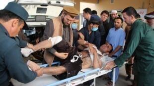Un homme blessé dans l'attentat contre un meeting électorale dans la province de Takhar, en Afghanistan, est conduit à l'hôpital, samedi 13 octobre 2018.