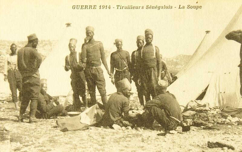 Première guerre mondiale: des tirailleurs sénégalais pendant le repas, à la guerre, en 1914.