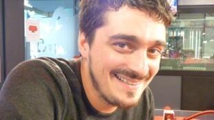 El armonicista argentino Franco Luciani en los estudios de RFI en París
