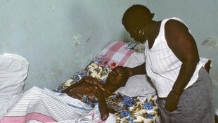 Un jeune homme de 28 ans atteint du VIH se repose à l'hôpital Sainte-Croix de Leogane, en Haïti.