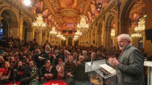 O ex-presidente Luiz Inácio Lula da Silva discursa na prefeitura de Paris na segunda-feira (3).